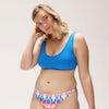 nana blå ensfarget bikinitopp og tie dye mønstret bikinitruse